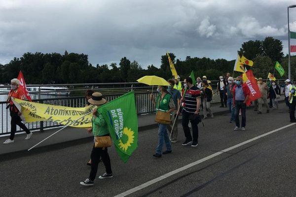Les anti-nucléaires allemands traversent le Rhin pour manifester leur joie avec les Français
