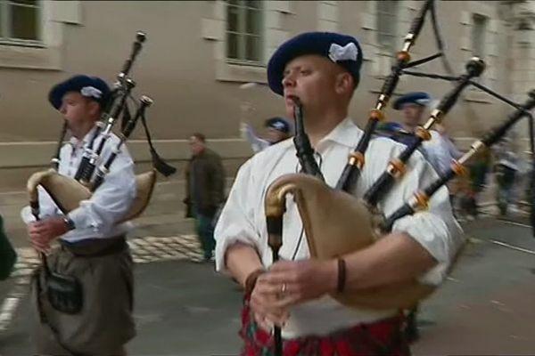 Châtillon-sur-Indre a accueilli ses invités écossais, près de 600 ans après la guerre de Cent Ans.