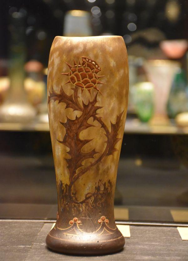 Vase Lorraine 1914-1916; vers 1919-1922; verre soufflé-moulé, vitrification, peint à l'émail, rehaussé d'or. Cristallerie Daum.