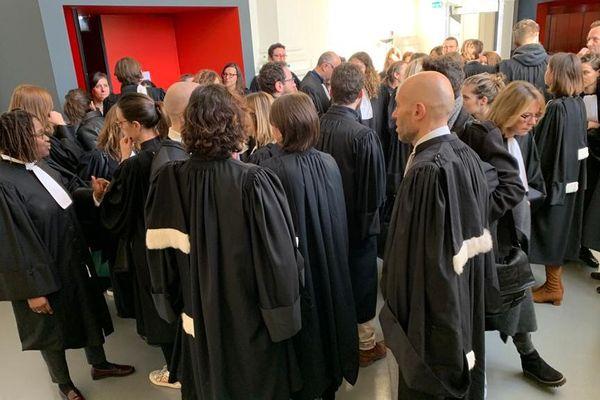 Ce jeudi matin, plus de 40 avocats toulousains, en grève contre la réforme des retraites, se sont présentés à la Cour d'Assises de Haute-Garonne pour plaider.