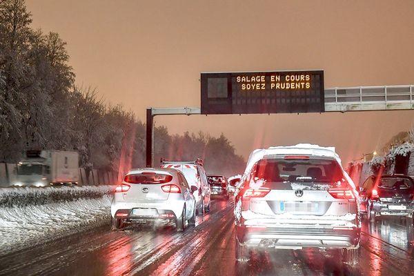 L'épisode neigeux a perturbé le trafic sur plusieurs routes ce mercredi