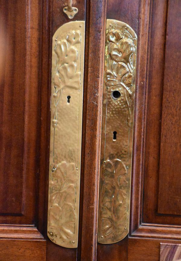 Les plaques de portes (ou plaques de propreté) d'un placard intérieur de la pharmacie portent aussi le motif du ginkgo
