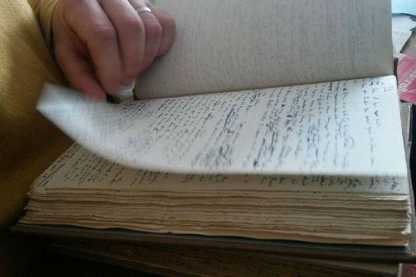 """L'original du manuscrit du """"Lion"""" de Joseph Kessel dans les mains de Pascal Genot"""