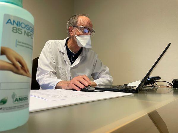 """"""" S'il n'y a pas assez de vaccins, il faut le dire"""" exprime Bernard Beuzelin, médecin généraliste."""