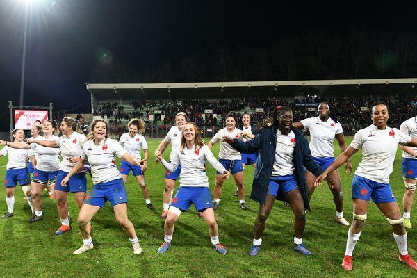 Les Bleues entament une danse de la victoire sur la pelouse de Beaublanc après leur succès au Tournoi des Six Nations, face à l'Italie (45-10).