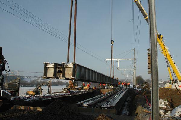 En janvier 2013, la pose d'un pont provisoire sur le raccordement de la future Ligne à Grande Vitesse Le Mans Rennes avait nécessité la fermeture de la ligne classique durant une journée