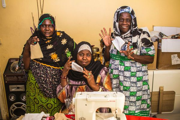 À gauche, Mme Sidibé, au milieu, Mme Camara et à droite, Mme Gassama. À elles trois, elles ont déjà confectionné une cinquantaine de masques en tissu et elles ne s'arrêteront pas là !