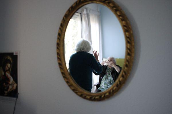 Embrassades à distance dans la chambre de Josette, résidente en Ehpad