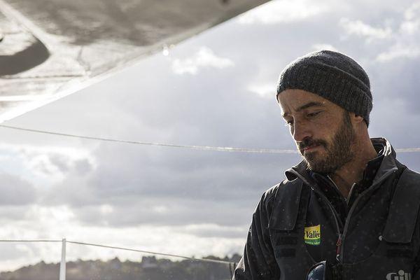 10 heures après le départ de la Route du Rhum 2018, le skipper Ivryen Luis Burton a dû se dérouter sur Roscoff (Finistère) à cause d'une avarie au niveau de son puits de foil.