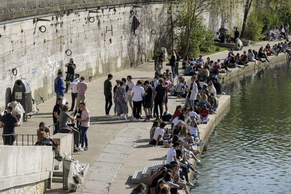 """Les deux frères, """"organisateurs"""" de la fête sauvage du 30 mars 2021 sur un quai de Saône de Lyon, se sont expliqués devant le tribunal correctionnel. Le 27 avril 2021, ils ont été condamnés à 3 mois de prison avec sursis et à une amende de 300 euros."""