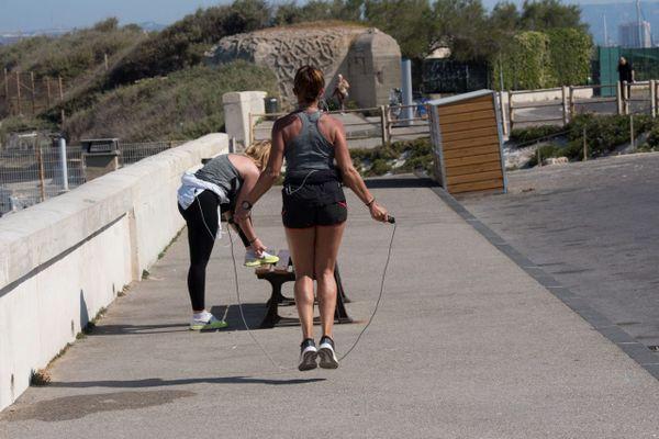 Quelles règles s'appliquent au jogging, vélo et autres sports individuels dans l'espace public ?