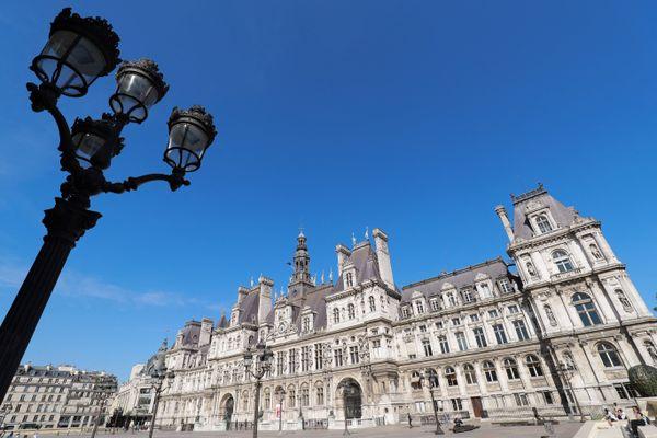 Des agents municipaux de la Ville de Paris occupent le toit de l'Hôtel de Ville pour protester contre la réforme de la transformation de la fonction publique