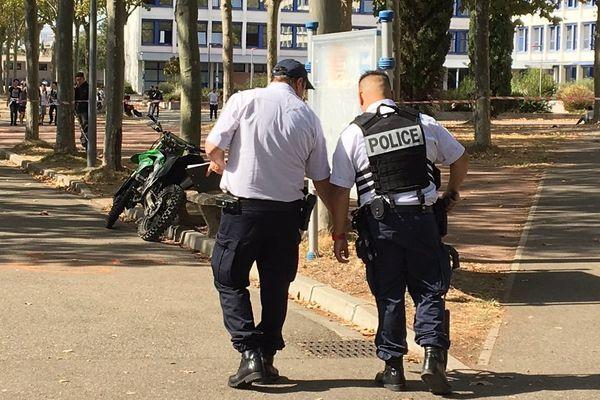La moto a percuté les élèves dans l'enceinte du lycée