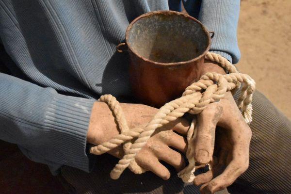 Les prisonniers doivent se passer, à tour de rôle, un récipient contenant une soupe infâme. Les mains liées, ils doivent porter le bol à leur bouche et laper pour pouvoir manger.