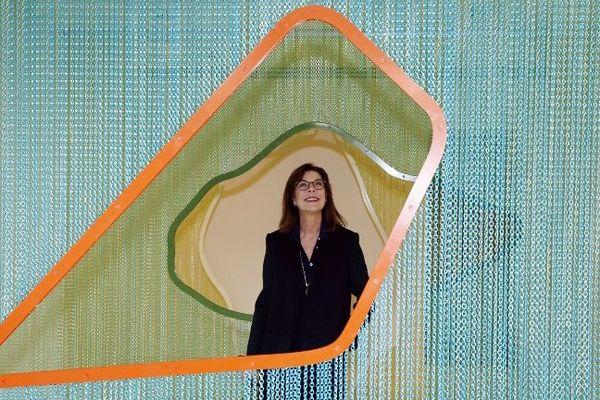 La princesse Caroline de Hanovre prise en photo devant une installation de l'artiste Daniel Steegmann Mangrane.