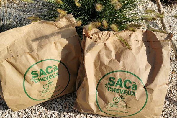Des sacs à cheveux pour l'ïle Maurice et la Réunion, pour en faire des barrages filtrants