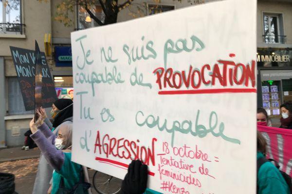 """""""Je ne suis pas coupable de provocation, tu es coupable d'agression"""", est-il inscrit une affiche."""