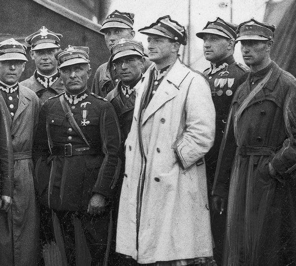 Leopold Pamula (en blanc) en 1930, sur l'aérodrome de Mokotow, près de Varsovie, en Pologne.