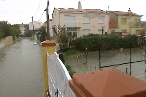 Leucate (Aude) - la crue est toujours là. L'eau de mer inonde les lotissements côtiers - 6 mars 2013