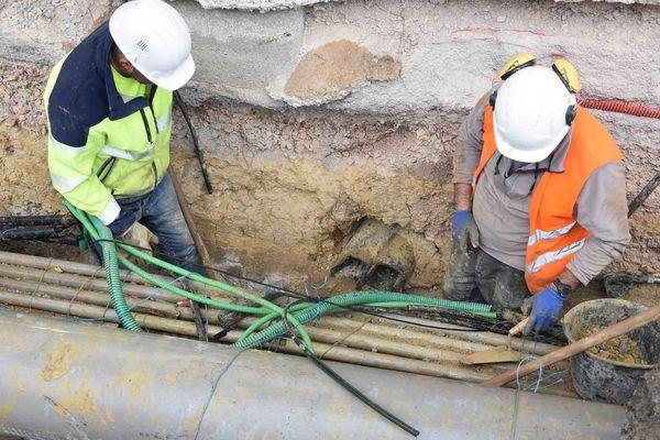Des techniciens d'Orange en train de constater les dégâts sur la fibre optique