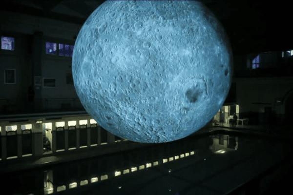 La lune de sept mètres de diamètre a été créée par le plasticien britannique Luke Jerram dans le cadre du festival des Tombées de la nuit