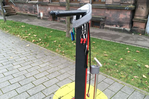 La quasi-totalité des outils a regagné sa place sur la station de réparation cycliste de la rue Georges Wodli, derrière la gare de Strasbourg.