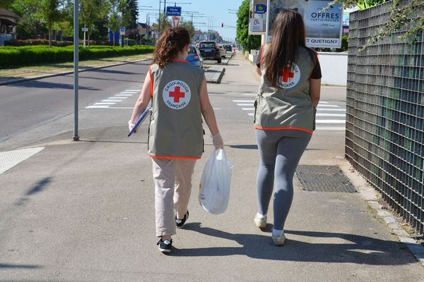Les bénévoles de la Croix-Rouge multiplient les actions pour maintenir le lien social avec les personnes isolées ou démunies.