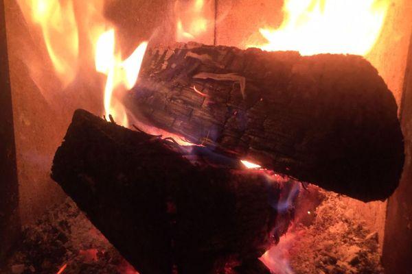 Un tiers seulement du bois consommé pour se chauffer en Auvergne-Rhône-Alpes est acheté auprès de professionnels.