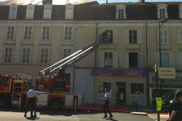 """Un incendie s'est déclaré le 13 avril après midi dans la crêperie """"Eat and go"""", place Saint Bonnet à Bourges (Cher)"""