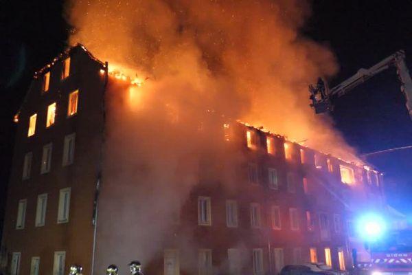 Les flammes, impressionnantes, qui s'échappent de la toiture de l'ancienne manufacture de tabac de Gunsbach
