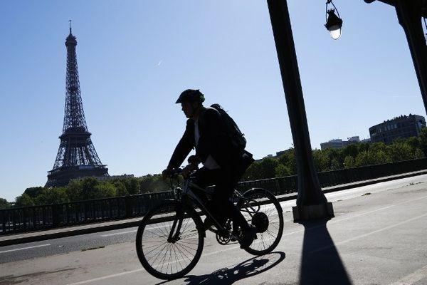 Un cylciste sur le pont Bir-Hakem, près de la Tour Eiffel à Paris.