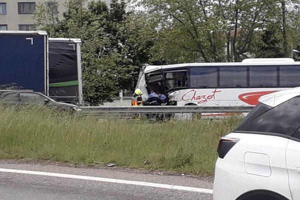 Les jeunes passagers n'ont pas été blessés, mais deux adultes ont été pris en charge en urgence relative.