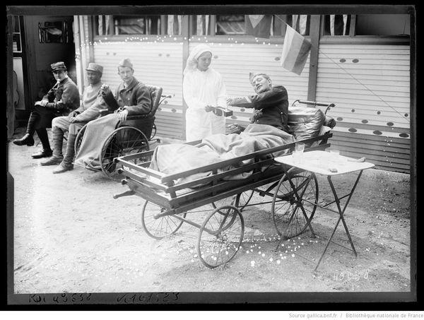 Une infimière réconforte des soldats blessés au front lors de la Première Guerre Mondiale.