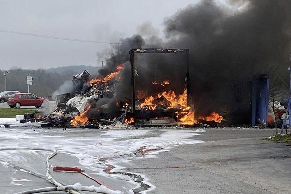 A 11 heures vendredi 6 février, la remorque d'un poids-lourd a explosé à Warluis dans l'Oise.