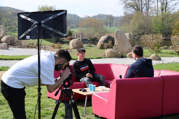 L'équipe du service jeunesse de Couesnon Marches de Bretagne interviewun adolescent au parc botanique de Haute-Bretagne
