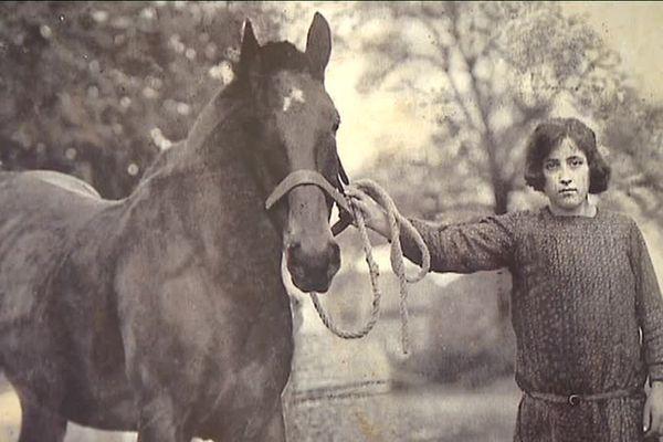A 13 ans, dans la campagne limousine, Evangeline gardait les moutons et s'occupait d'un cheval, Coco