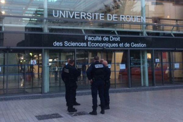 Des policiers en faction devant la faculté de droit et de sciences sociales durant les recherches d'éventuels explosifs, mercredi soir.