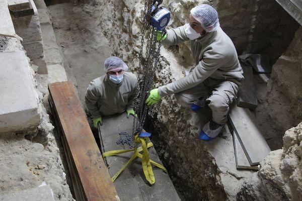Extraction du couvercle du sarcophage dans la cathédrale de Bayeux