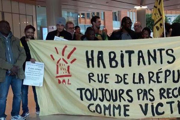 Rassemblement des anciens habitants de l'immeuble du 48 rue de la République de Saint-Denis, jeudi 17 novembre dans les locaux du ministère de la Justice, à Aubervilliers (Seine-Saint-Denis).