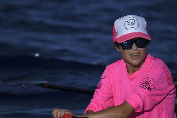 Alexandra Caldas, à bord de son aviron à proximité de Bora-Bora, dans l'océan Pacifique.