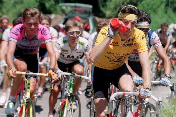 """En 1990, Ronan Pensec, de l'équipe """"Z"""" portant le maillot jaune le 11 juillet entre Saint-Gervais et l'Alpe d'Huez."""