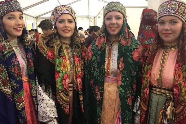 Quelques danseuses de l'ensemble de chants et de danses Pelys Molyas de la République de Komis