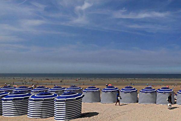 Les légendaires parasols-tentes de Cabourg seront, lors de ces prochains jours, des îlots très prisés d'ombre et de fraîcheur...