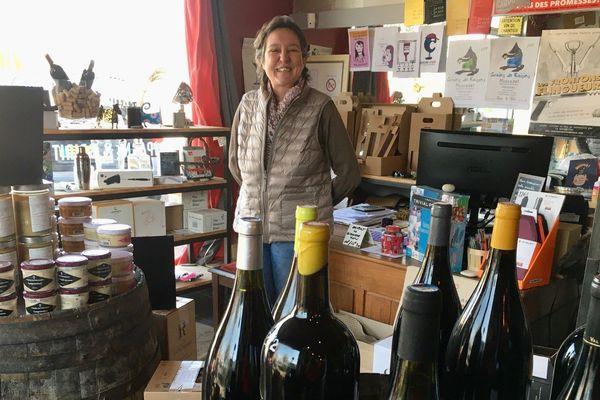 Carol Parotin, joviale malgré la désertion de la clientèle, continue d'ouvrir sa cave à vins, épicerie de Buxerolles (86)