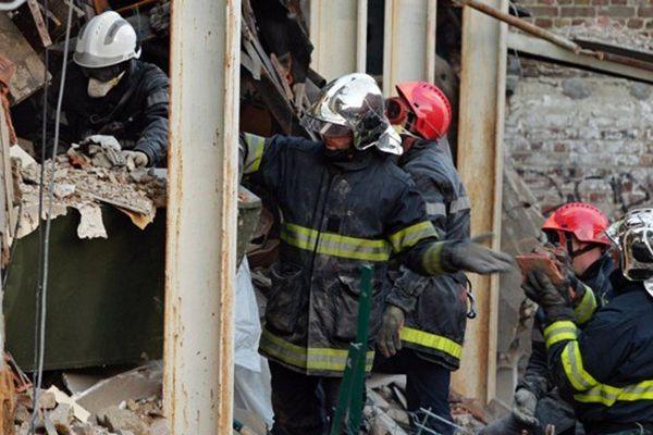 Les pompiers intervenus après l'effondrement de la maison lundi.