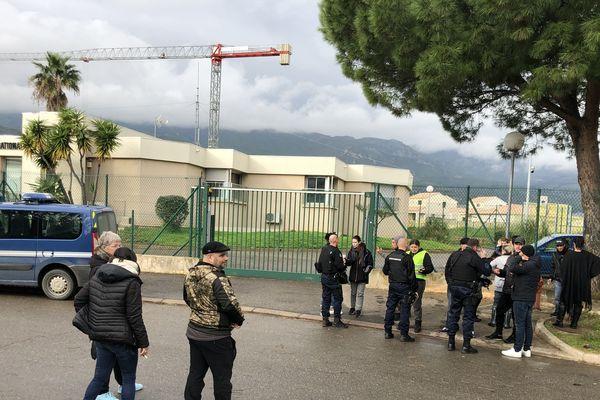 21/11/2018 - Les gilets jaunes quittent le dépôt pétrolier de Lucciana. Ils se rendent à la gendarmerie de Borgo où trois hommes ont été placés en garde à vue.