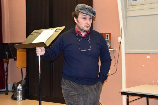 Ludovic Tézier retire le pupitre et la partition à la chanteuse.