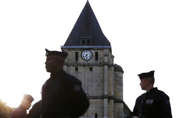 Les forces de l'ordre devant l'église de Saint-Etienne-du-Rouvray où un attentat a été commis ce mardi