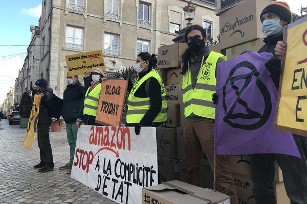Extinction Rebellion et ANV-COP 21 lors d'une action non-violente à Orléans en décembre 2020.