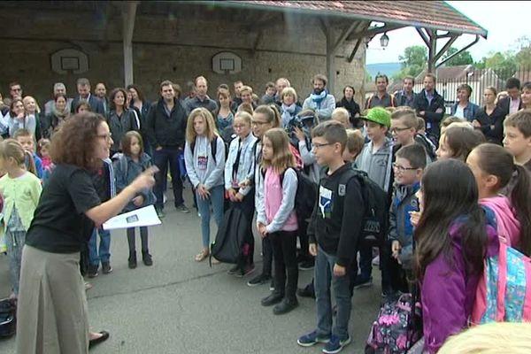 """A Fleurey-sur-Ouche (Côte-d'Or), les élèves de CM1 ont chanté """"Il faudra leur dire"""" de Francis Cabrel pour accueillir les petits nouveaux du CP."""